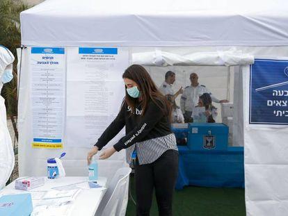 Sanitarios israelíes prueban un centro electoral para votantes aislados por el coronavirus, el domingo en Tel Aviv.