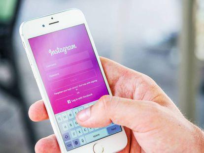 Un hombre introduce su usuario y contraseña en Instagram.