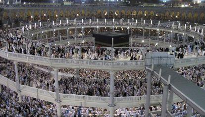 Peregrinos musulmanes rezan en torno a la Kaaba en la Gran Mezquita, durante la peregrinación anual