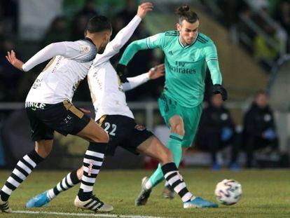 Bale regatea a dos defensas del Unionistas.