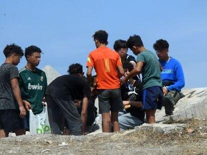Un grupo de menores, el 25 de agosto a las afueras de un centro de acogida en Ceuta.