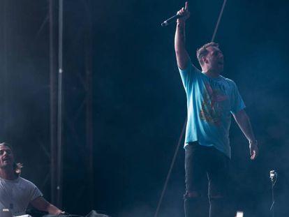 Axwell e Ingrosso (de pie), durante su actuación en el Barcelona Beach Festival de la noche del sábado.