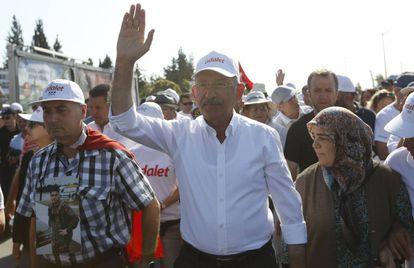El líder opositor del partido socialdemócrata y laico turco CHP, Kemal Kiliçdaroglu, durante la Marcha de la Justicia.