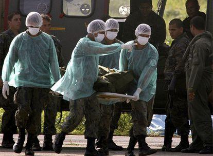 Militares brasileños descargan uno de los cadáveres recuperados para su identificación en Recife.