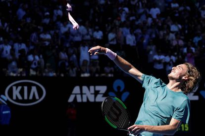 Tsitsipas lanza su cinta al público australiano.