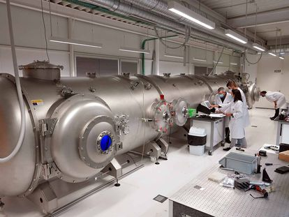 Miembros del UMA Laserlab operan el simulador atmosférico de Málaga.