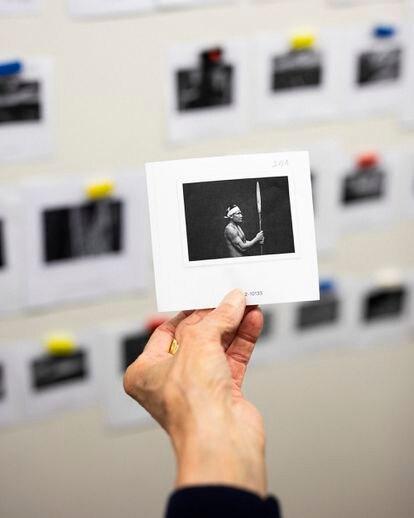 La mano de Lélia Wanick Salgado sostiene una imagen incluida en la exposición 'Amazonia'. Wanick está preparando una muestra de la obra de Salgado para el metro de París, coincidiendo con la inauguración de su último libro y exposición: 'Amazônia'. ©Ed Alcock