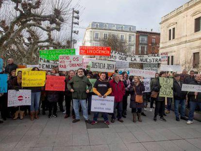 Manifestación en apoyo a los tres exjugadores de la Arandina. En vídeo, declaraciones del diputado de IU Enrique Santiago.