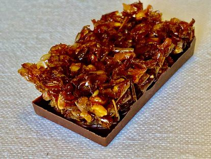Chocolate con escamas de lubina. J.C. CAPEL