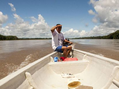 Juan navega en el inmenso río Napo y comenta que la explotación petrolera ha sido beneficiosa para su comuna, Puerto Miranda, en Ecuador.