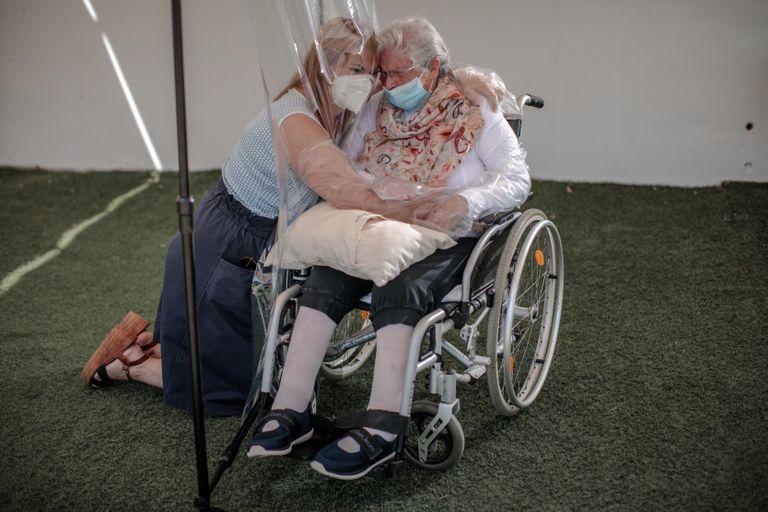 Una mujer abraza a su madre a través de un plástico este miércoles en una residencia de mayores en Valencia.