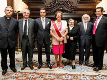 Rita Barberá (centro), posa con los galardonados por el Ayuntamiento con motivo del 9 d'Octubre, De izquierda a derecha: Juan José Garrido, Francisco Valero Mir, Enrique Ponce, Sor Aurora Gallego, Francisco Sebastián y José Miguel Laínez.