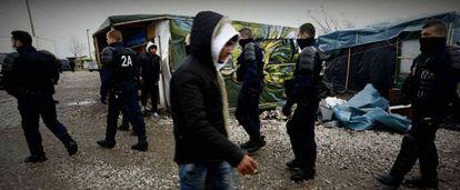 La policía francesa patrulla por el campo de refugiados de Calais.