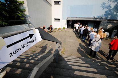 Varias personas hacen cola para votar el domingo en un colegio de Berlín.