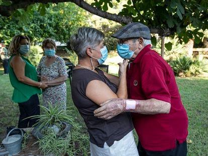 Un residente recibe el abrazo de su hija en La Canyada, en Paterna (Valencia).