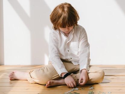 Un niño juega en casa.