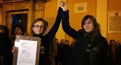 Beatriz (a la derecha) y Rosa Garrote, de la asociación de víctimas, muestran en la plaza de la Virgen el auto de la Audiencia que reabre la investigación.
