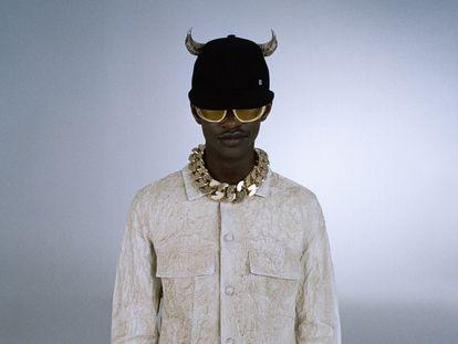 Una gorra con cuernos y una chaqueta con efecto cuarteado forman parte de 'Teaser', la primera entrega de la colección de estreno de Matthew M. Williams en Givenchy.