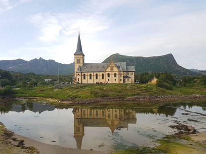 La iglesia de Vågan en Kabelvåg, uno de los escenarios habituales del Festival de Lofoten, antes del concierto del martes por la tarde.