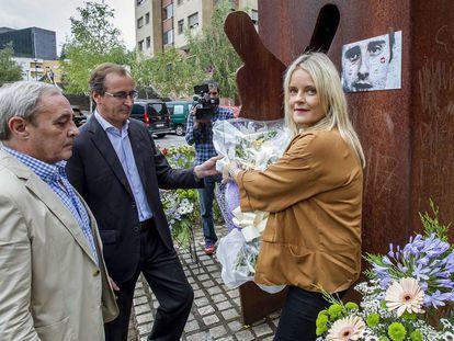 Mari Mar Blanco, hermana del edil asesinado Miguel Ángel Blanco, acompañada por el presidente del PP vasco, Alfonso Alonso, y el concejal Fernando Lecumberri, durante la ofrenda floral celebrada en Ermua.
