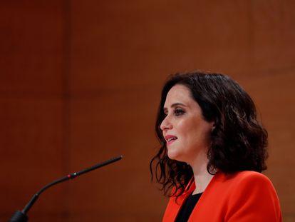 La presidenta de la Comunidad de Madrid, Isabel Díaz Ayuso, da una rueda de prensa este lunes en la sede del Gobierno regional.