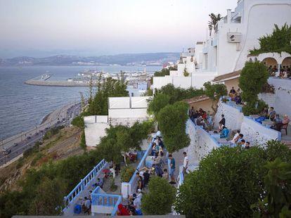 El mítico Café Hafa; al fondo, el nuevo puerto pesquero.