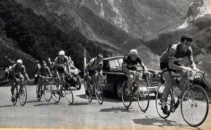 Louison Bobet, en cabeza del pelotón durante una etapa de montaña en el Tour.