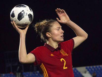 Celia Jiménez, jugadora de la selección española absoluta, en un amistoso contra Polonia.
