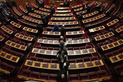 Varios diputados griegos salen del Parlamento tras la votación de la pasada semana.
