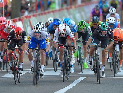 Bennett, segundo por la izquierda, y Ackermann, primero por la derecha, en los últimos metros del sprint.