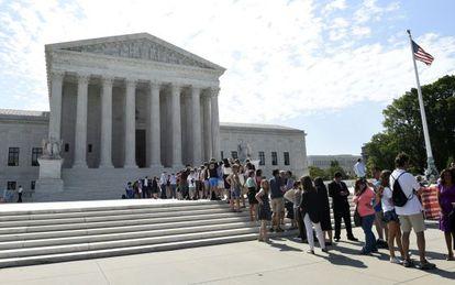 Personas esperando para entrar en el Supremo.