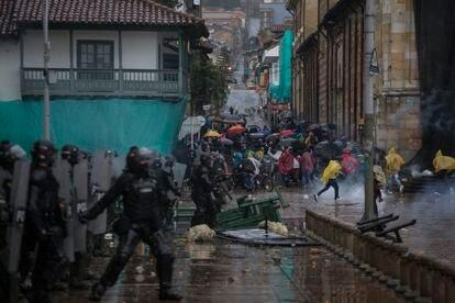 Manifestantes protestan durante el paro nacional contra la reforma tributaria el 29 de abril de 2021, en Bogotá, Colombia.
