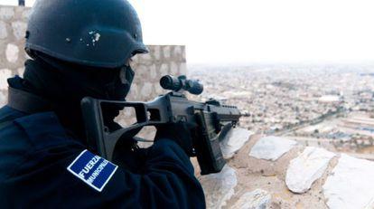 Policia vigilando Torreón desde el Cerro del Cristo.