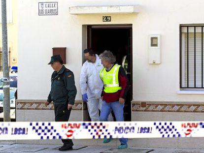 La Guardia Civil en la vivienda de Campillos (Málaga), donde han sido hallados los cadáveres de una niña de seis años y su padre. Daniel Pérez (Efe)
