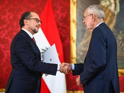 El nuevo canciller de Austria, Alexander Schallenberg (izquierda), en la toma de posesión en Viena junto al presidente del país, Alexander Van der Bellen.