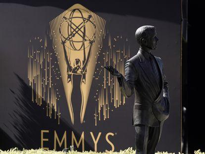 """Una estatua del difunto presentador de """"Tonight Show"""", Johnny Carson, se muestra frente a un logotipo de los Emmy durante el Press Preview Day para la 73ª edición de los Premios Emmy el pasado 14 de septiembre de 2021, en la Academia de Televisión de Los Ángeles"""