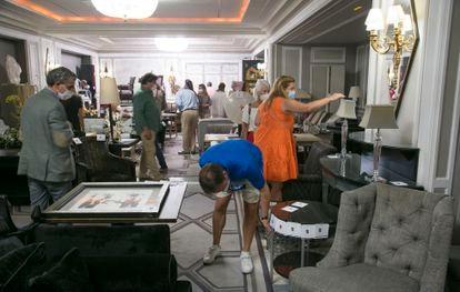 Exhibición de los muebles que subasta el hotel Villa Magna.