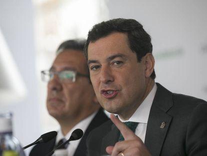 El presidente de la Junta de Andalucía, Juan Manuel Moreno, durante un desayuno en Sevilla el pasado febrero.