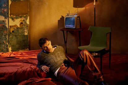Skrein, in a Prada sweater, Marni pants and Alexander McQueen boots.  In the background, the Havana velvet of Gastón and Daniela.