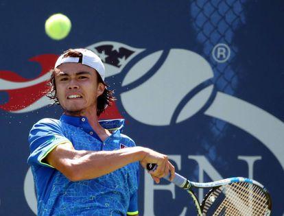 Taro Daniel devuelve una bola en su partido contra Tommy Paul en el US Open.