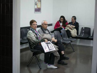 Tres mujeres y un hombre aguardan en un ambulatorio.