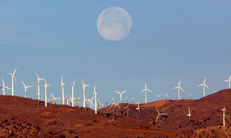 Luna llena sobre una instalación eólica en el desierto de Mojave (California, EE UU).
