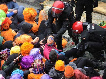 Desalojo por parte de la Ertzaina de miembros del 'muro popular' de Segi, en Vitoria.