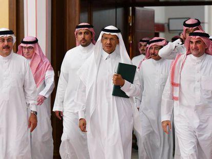 El ministro de Energía saudí, el príncipe Abdulaziz Bin Salmán (centro), acude este martes a una rueda de prensa en Jeddah, Arabia Saudí.