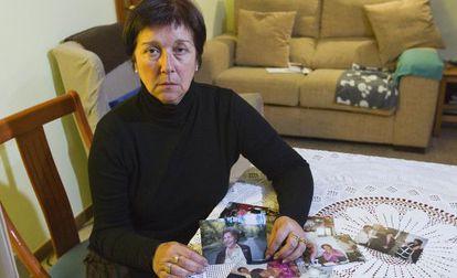 Montserrat Grasa, hija de la fallecida, con fotografías de esta.