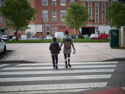Un niño acompaña a su madre a hacer la compra en Pamplona durante el estado de alarma.