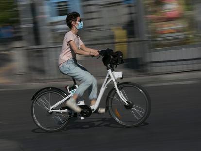 Un ciclista pasea en bici por Madrid con el servicio Bicimad.