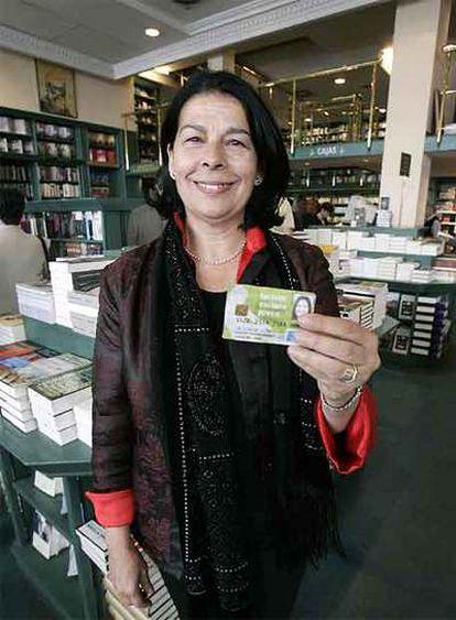 Inés Sabanés, en la Casa del Libro, muestra la Tarjeta Cultura Joven.