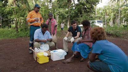 Oriol Mitjà en una campaña de administración de azitromicina en Papúa Nueva Guinea