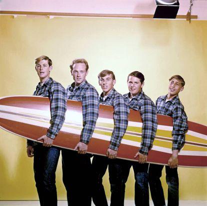 The Beach Boys, en una foto de 1962 (Brian Wilson es el segundo por la derecha).